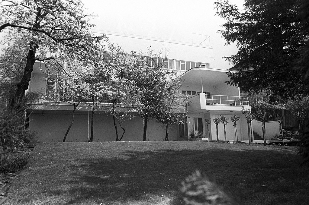 The Sun House in Frognal Way, Hamstead (1935) was designed by the modernist architect Maxwell Fry in 1935 and it has been on National Heritage List for England for its special architectural and historical value since 1974.